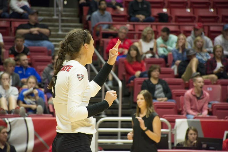 Volleyball sweeps Fort Wayne to stay perfect at home
