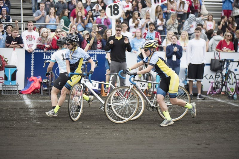 The Independent Council trades off bikes during the women's 2017 Little 500 race.