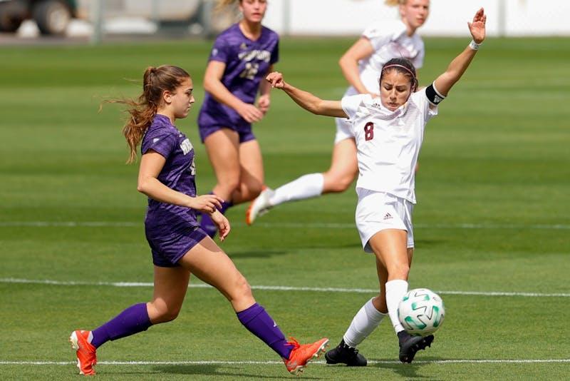 Alexia Delgado (8) blocks a pass from Washington's Summer Yates (10)