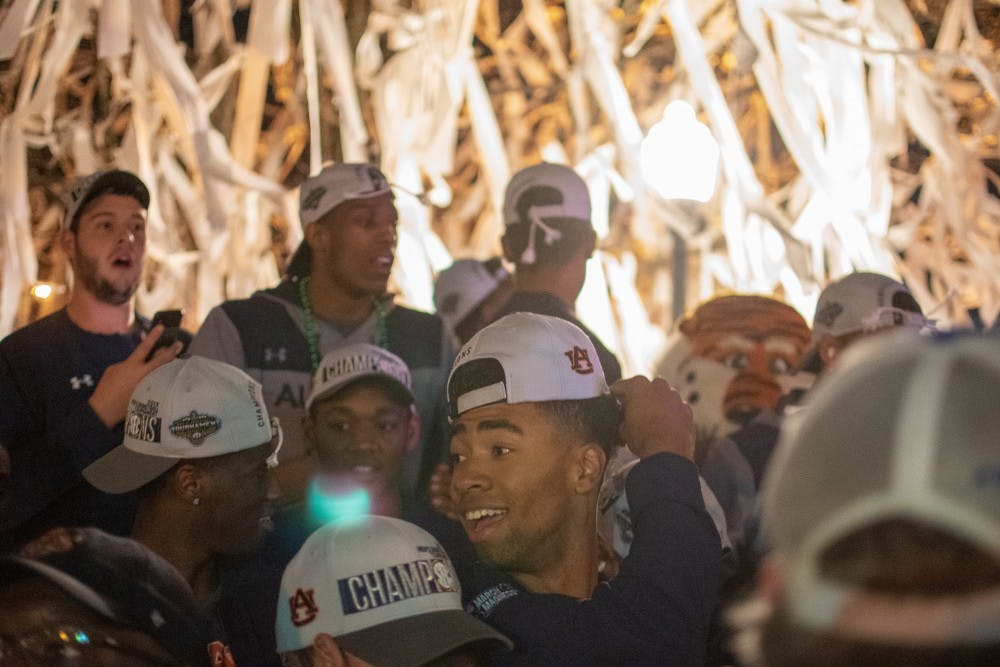 Fans welcome home Auburn basketball team with Toomers roll