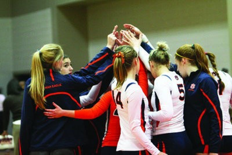 The Auburn volleyball team collects in its traditional postgame huddle after losing to Mississippi State. (Rebecca Croomes / ASSISTANT PHOTO EDITOR)