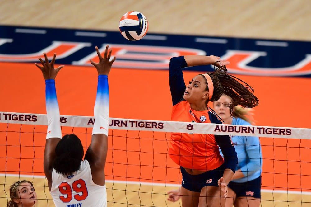 Volleyball sees improvement; ultimately swept by Florida on Thursday