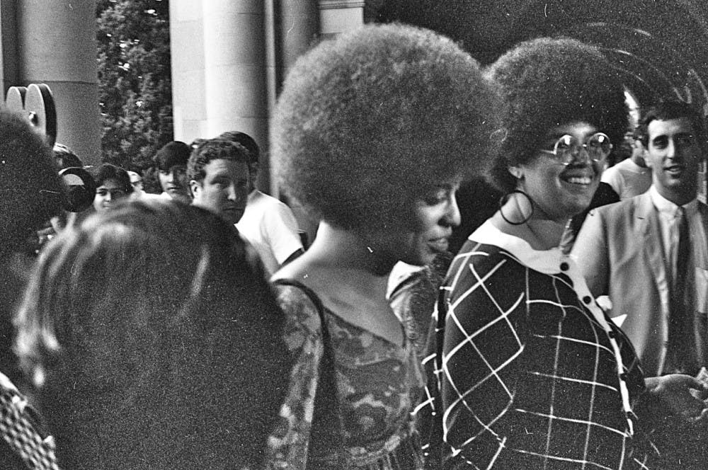 Angela_Davis_enters_Royce_Hall_for_first_lecture_October_7_1969