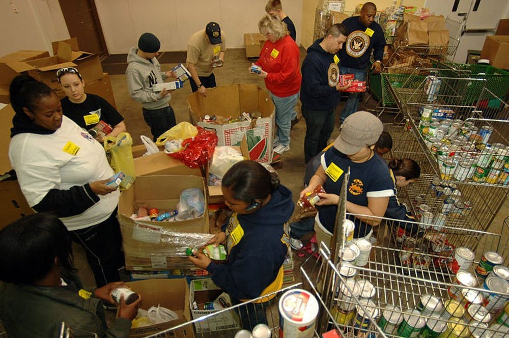 800px-US_Navy_090219-N-7544A-076_Sailors_sort_through_food_items_checking_expiration_dates_while_volunteering_at_The_Food_Bank_of_Southeastern_Virginia