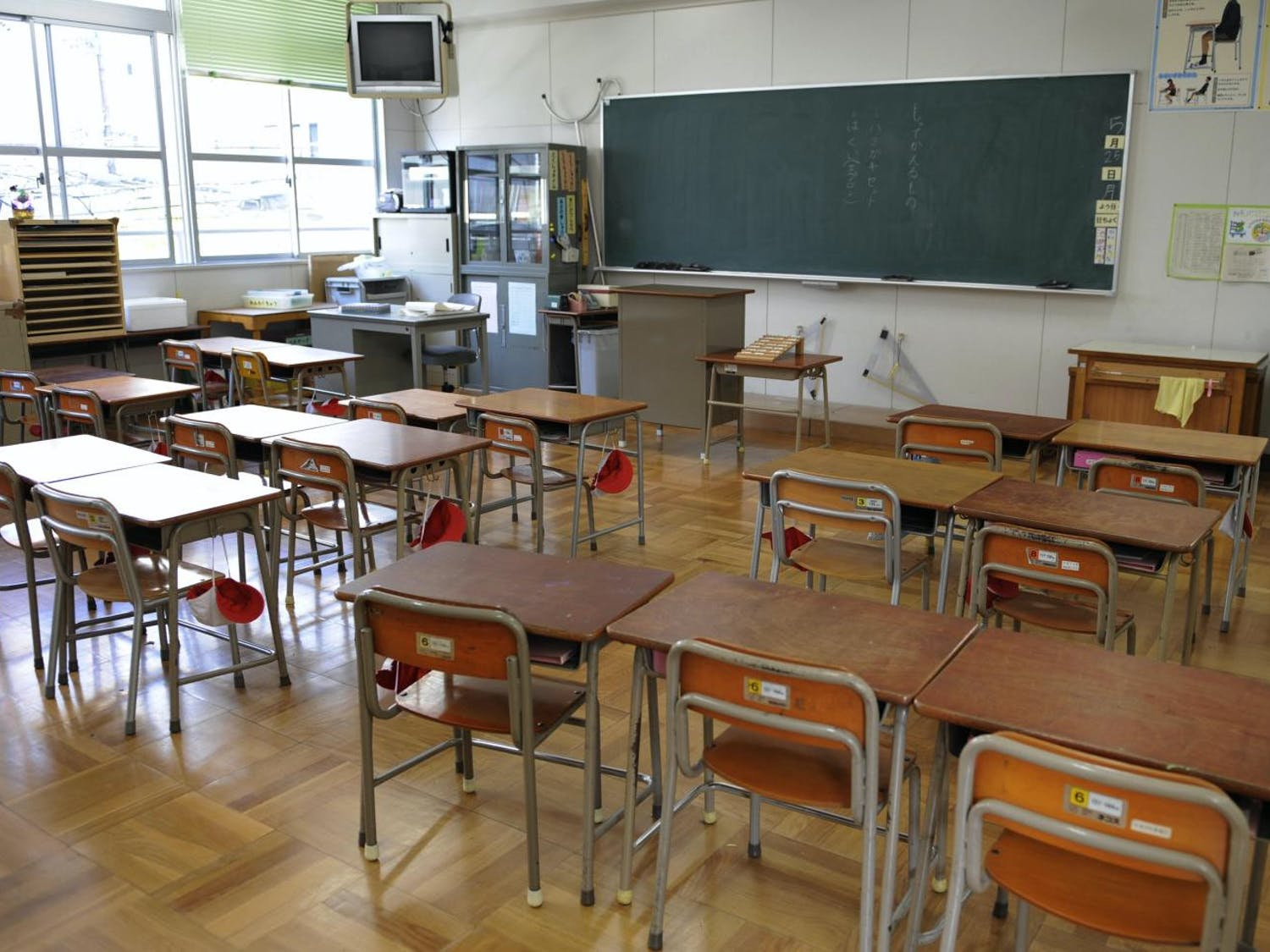 An empty classroom of the Nisitenma elementary school in Osaka is seen on May 18, 2009. Japan has confirmed 129 swine flu cases and shuttered more than 2,000 schools and kindergartens in a bid to slow the spread of the virus that may already have infected hundreds. AFP PHOTO / Kazuhiro NOGI (Photo credit should read KAZUHIRO NOGI/AFP/Getty Images)