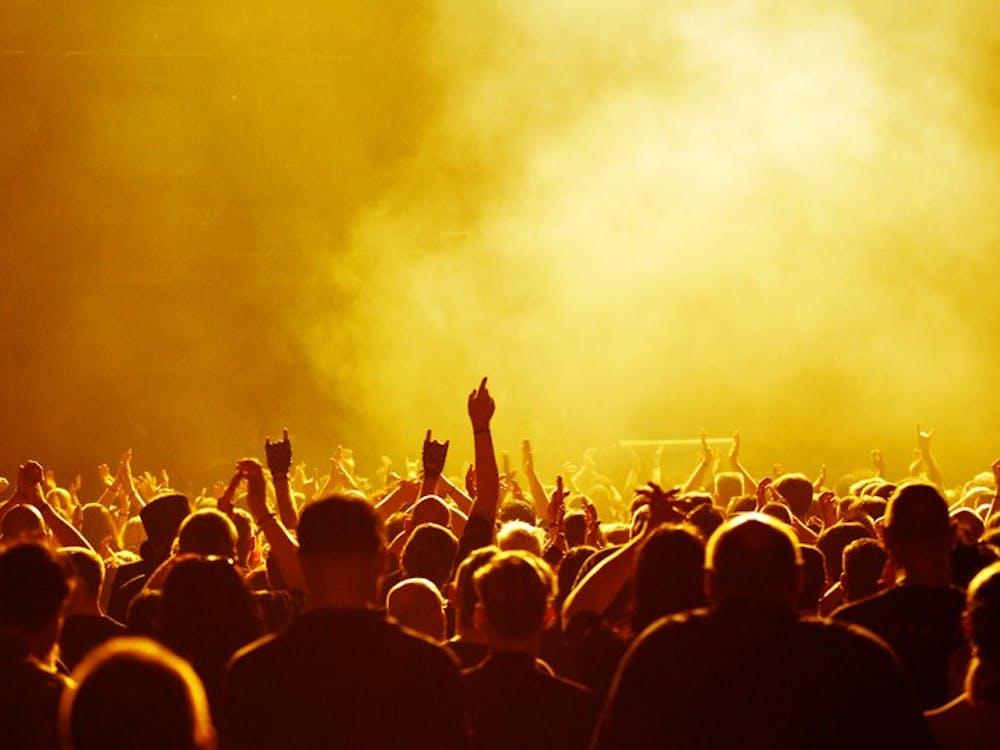 Tausende von Fans feiern den Auftritt einer Band in kr