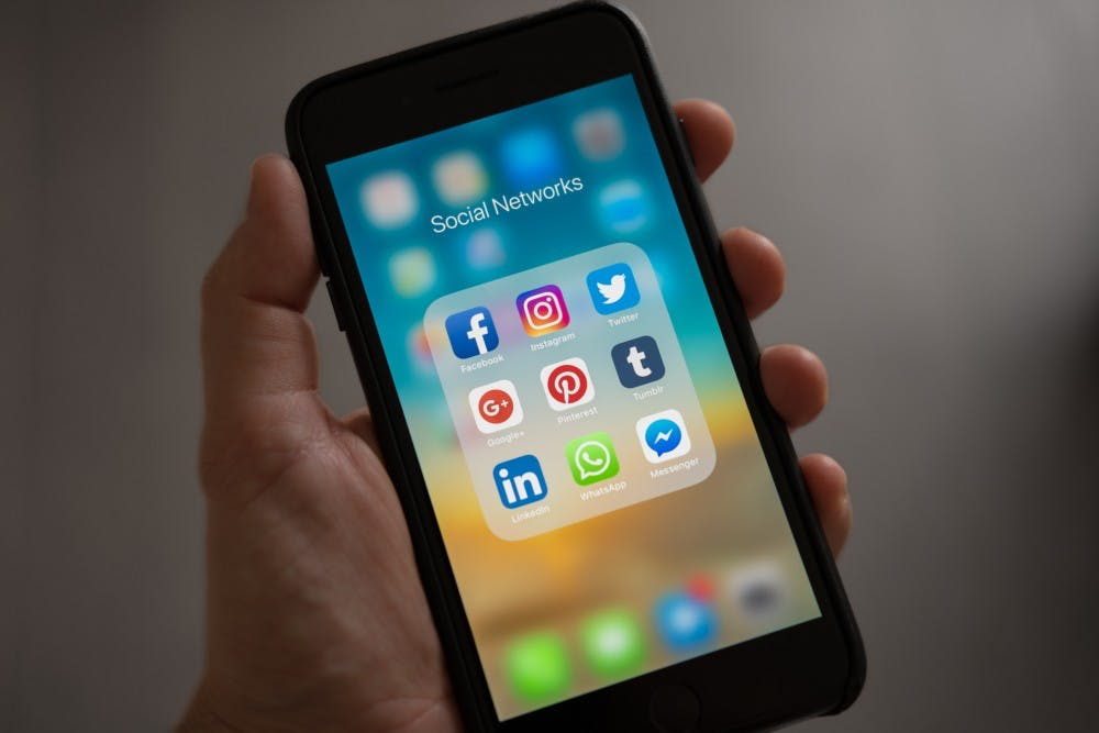 apple-applications-apps-607812.jpg