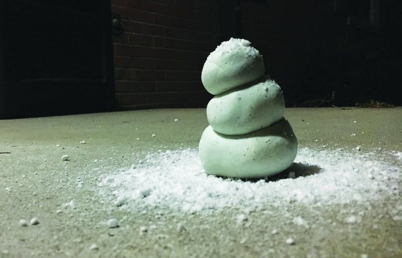 DIY fake snow can be the second best option when staying outside for long periods is not a good idea. Like this snow dough snowman, you can still enjoy the snow indoors. Tier Morrow, DN