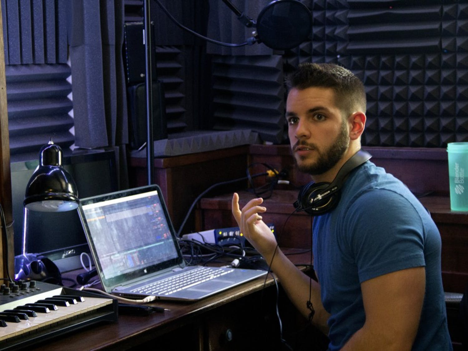 When he is not studying for a chemistry exam or volunteering in Honduras, Samuel Vespone, a 2018 graduate from UB, is producing and making music in his own bedroom. His bedroom is set up like a studio, which allows him to express his creativity with the instruments he knows how to play