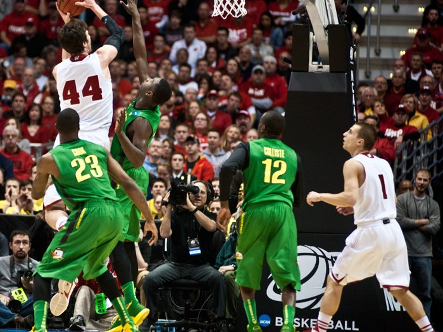 Wisconsin Badgers defeated Oregon Fighting Ducks Saturday March 22 with final score 85-77.