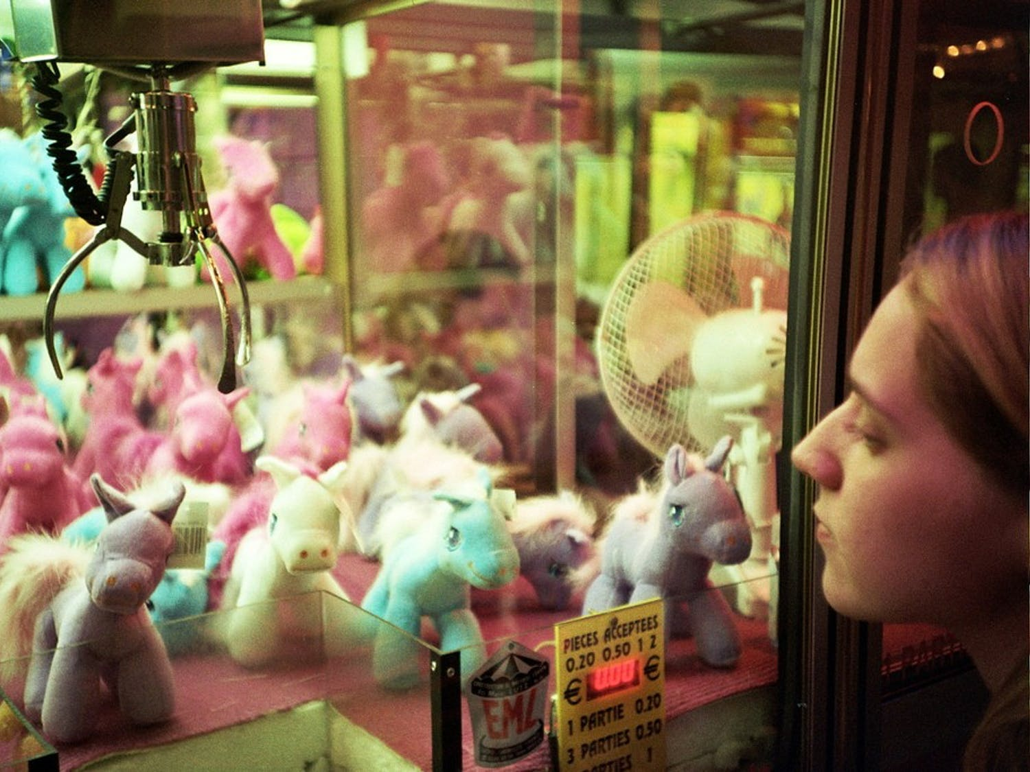A_Claw_Crane_game_machine_containing_unicorn_plushes_in_Trouville,_France,_Sept_2011.jpg