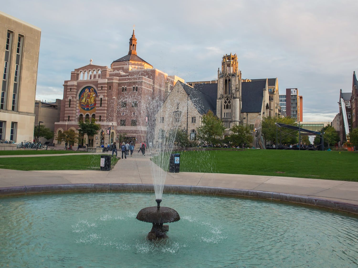 Photo of the fountain in the middle of Library Mall.