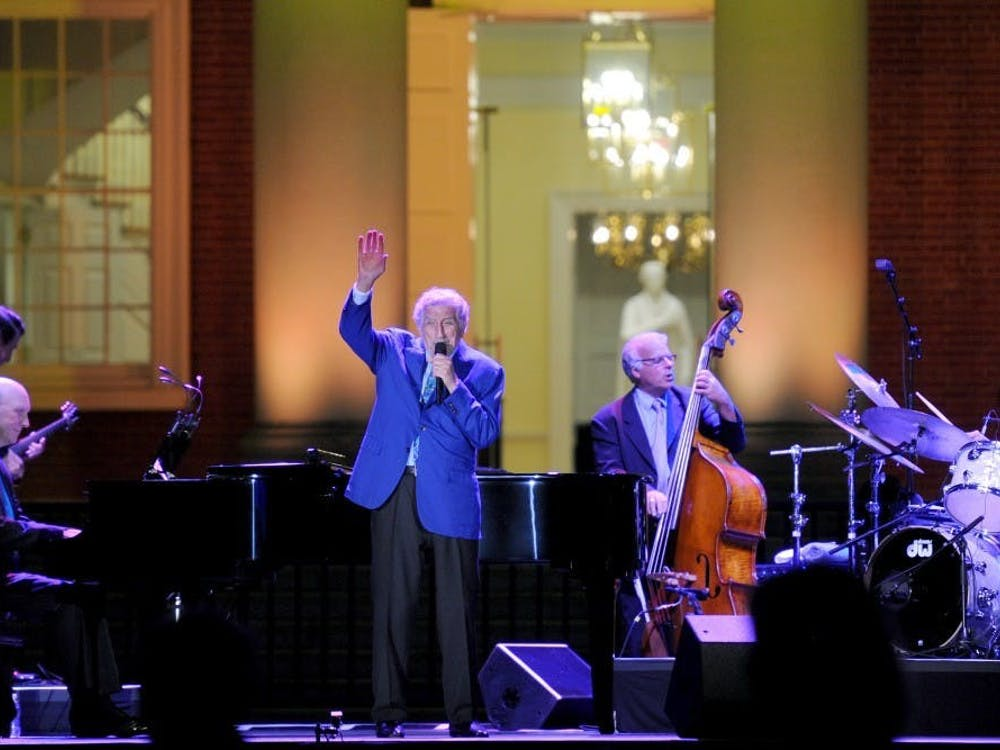 "Tony Bennett 在圆形大厅前为""荣誉未来""活动表演。"