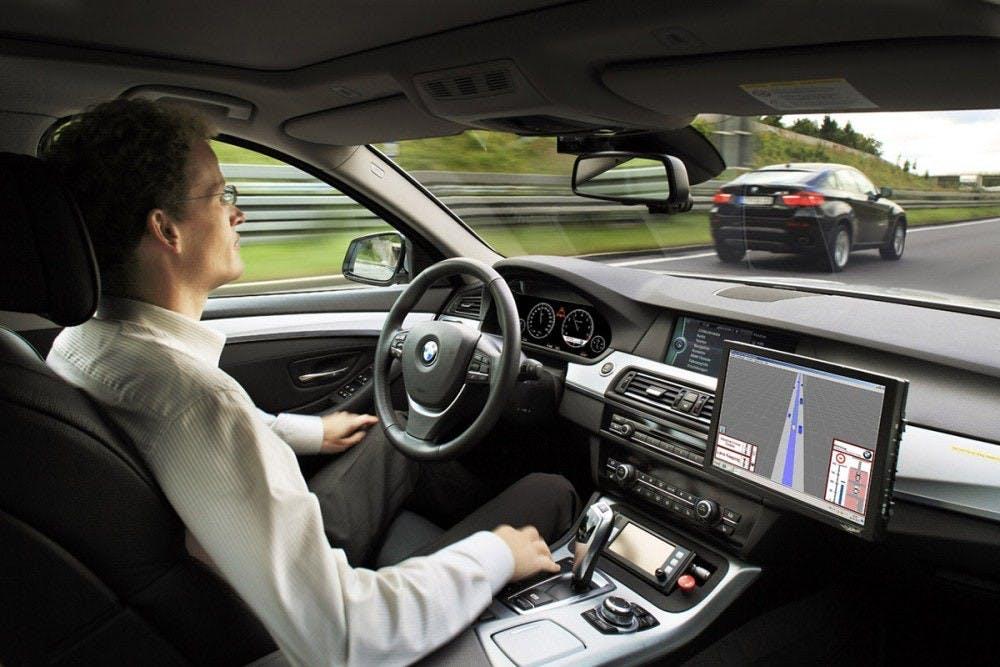 Los autos autónomos operan en coordinación con tres módulos, y son construidos para identificar, percibir y responder en consecuencia a objetos circundantes cuando están en movimiento