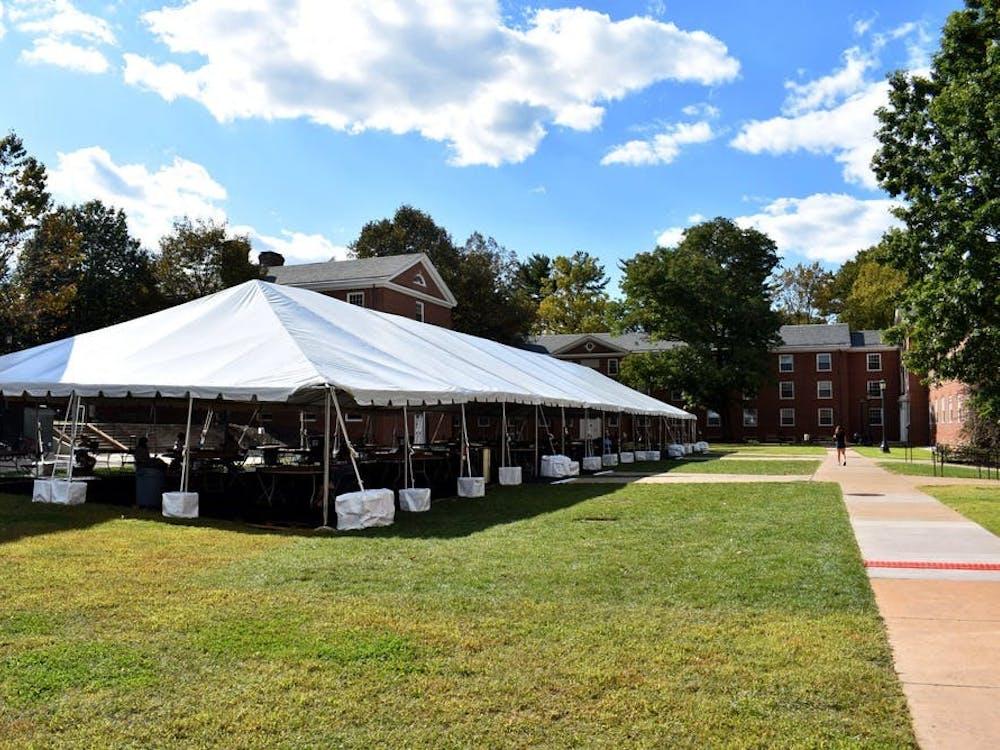 La Universidad ha construido nueve carpas alrededor de Grounds en varios lugares, con un costo aproximado de $650,000.