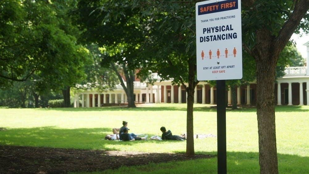 Las restricciones requieren que los estudiantes no se reúnan en grupos de más de cinco personas, se adhieran a las reglas de cubrebocas y no viajen fuera de la comunidad de Charlottesville.