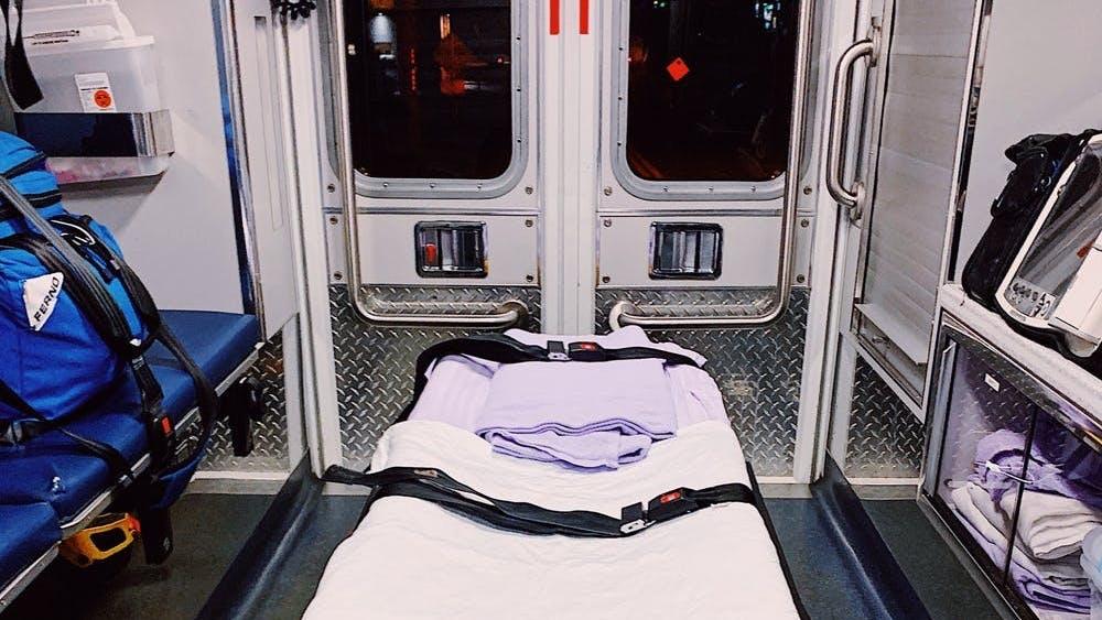 Desde la parte de atrás de los camiones de ambulancia del equipo de rescate de Western Albemarle hasta el hospital en si, los EMT presencian constantemente las aflicciones fatales del COVID-19. Por ende, quieren recordar a todos que el distanciamiento social es esencial.