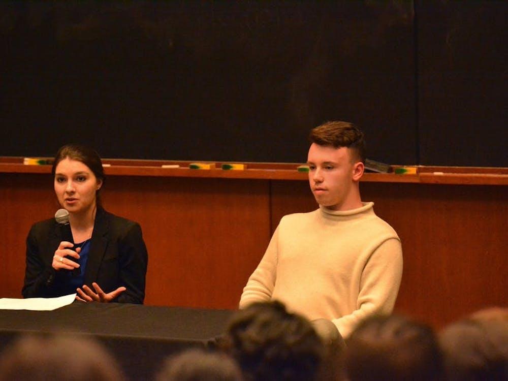 学生会主席候选人Ellen Yates (左)在她的竞选中花了$106.52,而前候选人Hunter Wagenaar (右)在退出竞选前没有花任何钱。