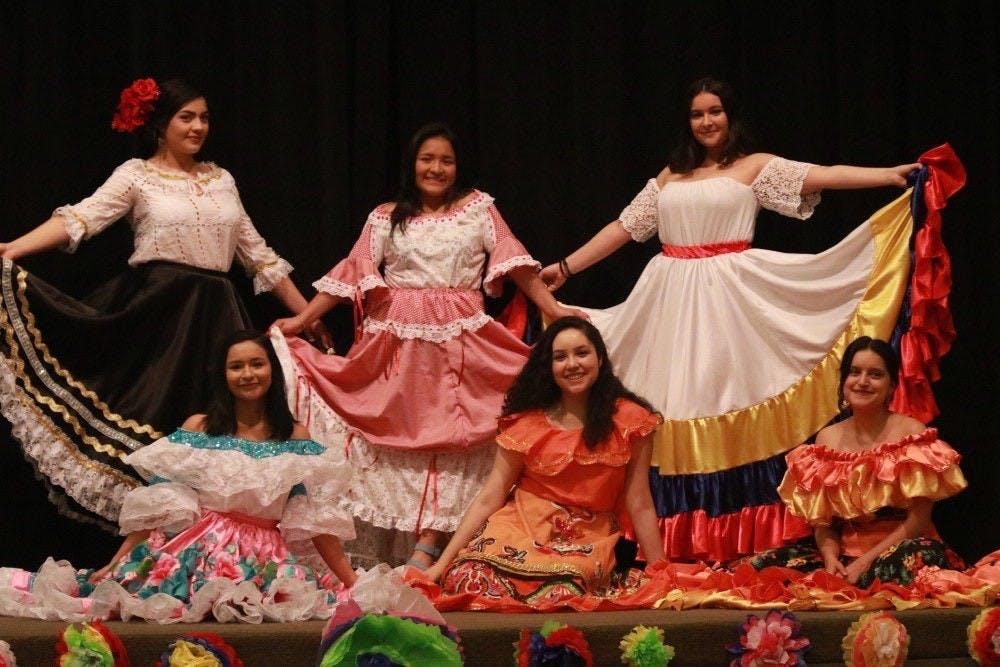 La primera parte de Cultura Showcase fue una exhibición de vestidos tradicionales de Colombia, hechos a mano por la abuela de Natalie Romero, una estudiante universitaria de tercer año y Directora Estudiantil del Centro Estudiantil Multicultural.