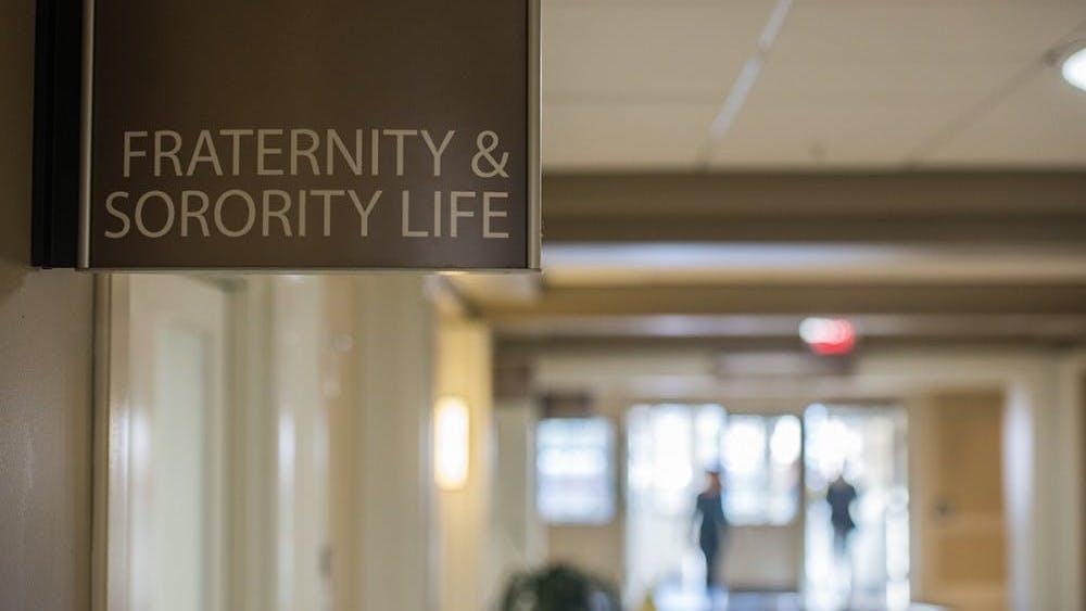 每个冬天,数百名的弗大学生都会登记并参与姐妹会或兄弟会的招新活动。