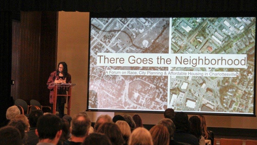 El foro comenzó con una serie de presentaciones que recalcaron las investigaciones que ocurren en la Universidad, y la historia oculta de temas importantes como los problemas raciales y la planificación urbana que la ciudad tiene.