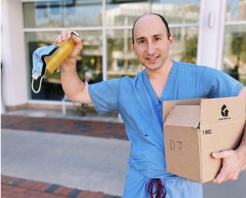 Como el primer receptor de la donación de jugo, el asistente médico Samuel Beishline, junto con Nozet y Linzon, pensó que era mejor distribuir la caja de jugos a aquellos empleados que necesitaban un refuerzo inmunológico.