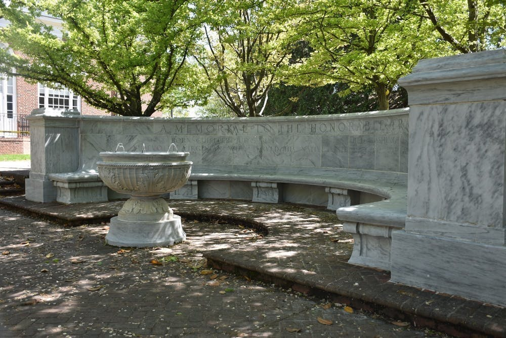 移除纪念碑,扫除它的继续存在对被边缘化学生们所造成的创伤。