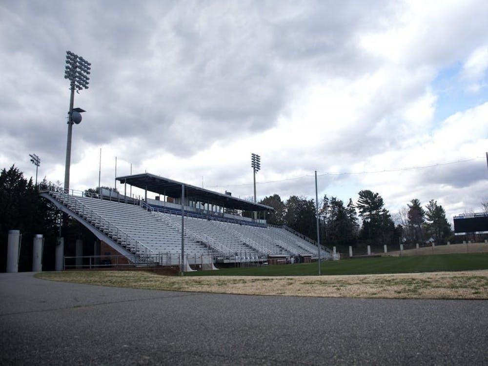 El estadio Klockner, que puede albergar hasta 2.500 aficionados, se limitará a los entrenadores y a las familias de los estudiantes-atletas.