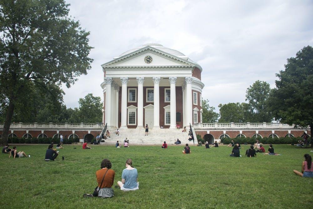 """Una manifestación de """"Die-In"""" se llevó a cabo en el Lawn el miércoles para protestar contra la decisión de la Universidad de continuar con las clases presenciales, que están programadas para comenzar el martes."""