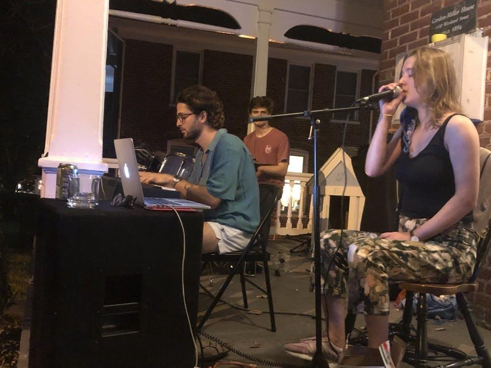 La Wertland Street Band actúa en el porche de la pianista Nikki Gerszten ante una multitud socialmente distanciada.
