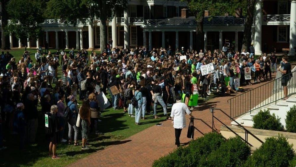 星期五,上百名学生,职员,和各样的社区区民在弗大标志性建筑Rotunda附近聚集,参加全球气候罢工运动