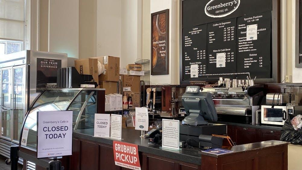 En respuesta al cierre de Greenberry, se alentó a los estudiantes a utilizar otras opciones de café cercanas, como Einstein Bros., Bagels en la Librería, Starbucks en Newcomb Hall y West Range Café.