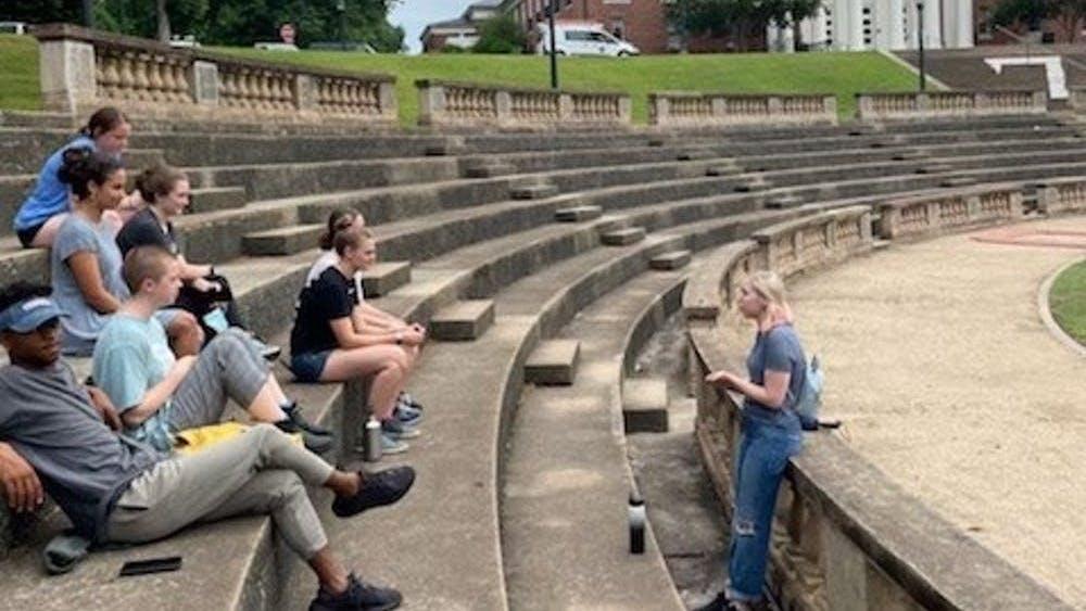 Antes de que la Universidad reabriera sus recorridos de admisión de pregrado al público, los Guías de la Universidad practicaron sus recorridos entre sí para garantizar un desempeño sin problemas antes del 14 de junio.