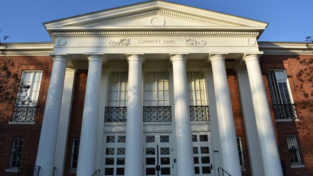 El promedio de calificaciones medio de los estudiantes admitidos fue 3.782, con un rango desde 3.1 hasta 3.99.