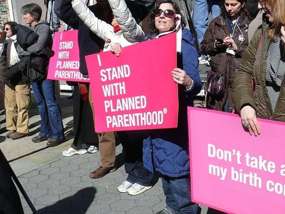 "Planned Parenthood(美国计划生育联合会)参与一项名为"" Title X""的资助计划,使他们能够为那些无力负担医疗服务费用的人提供节育妇科护理及其他生育健康服务。"