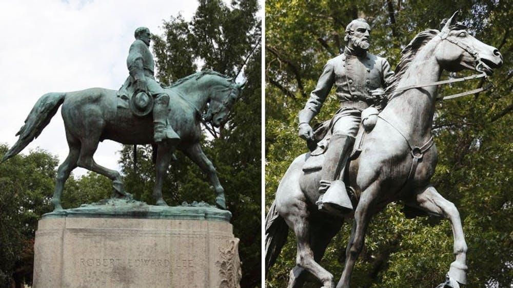 """Las estatuas de Lee (a la izquierda) y Jackson (a la derecha) se usaron como puntos de manifestación durante la manifestación """"Unite the Right"""" [Unir la derecha] en agosto del 2017, cuando grupos de la derecha y extremistas de la supremacía de la raza blanca marcharon en el Lawn con linternas y tuvieron una manifestación violenta en el centro de Charlottesvile, la cual resultó en tres muertes y 19 heridos."""