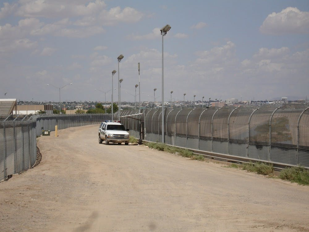 1600px-US-Mexico_border_fence