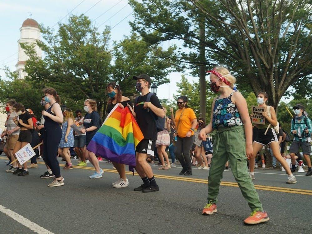 La comunidad se reunió miércoles por la noche para mostrar solidaridad con las vidas de Negros queer y transgénero, ya que las protestas actuales por la justicia racial y el reconocimiento del mes del Orgullo por parte de la comunidad LGBTQ reconocen causas intersectantes.