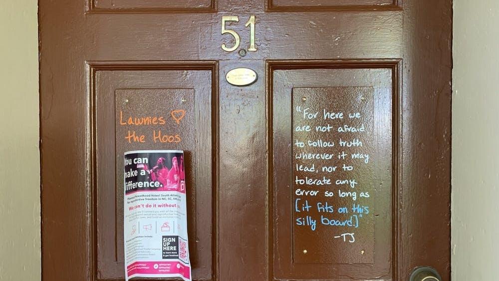 住在中央草坪的学生被限制在四处碰壁的、有时比标准纸张还小的门板上写字。