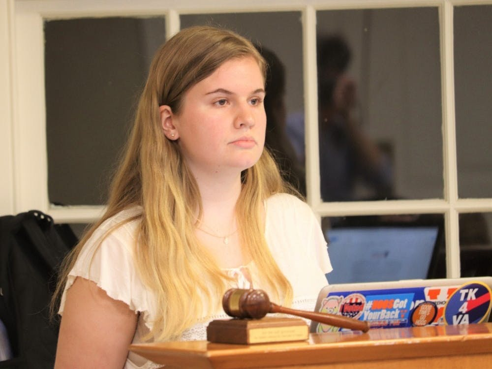 Ellie Brasacchio, 一位三年级文理学院学生以及学生会代表主席,支持了此项决议并呼吁诸代表在立法会议开始时为此项决议投票。