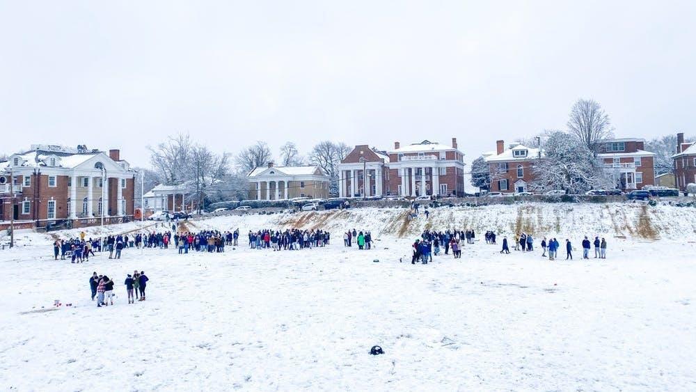 Apenas el fin de semana pasado, un gran número de estudiantes se reunieron en la nieve en el Madison Bowl, muchos sin máscaras y ninguno observando una distancia adecuada.