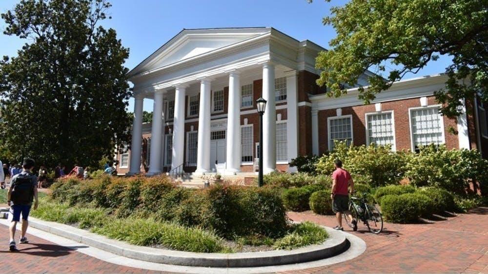 Cada año, más estudiantes de otros estados aplican a la Universidad en comparación a los residentes de Virginia.