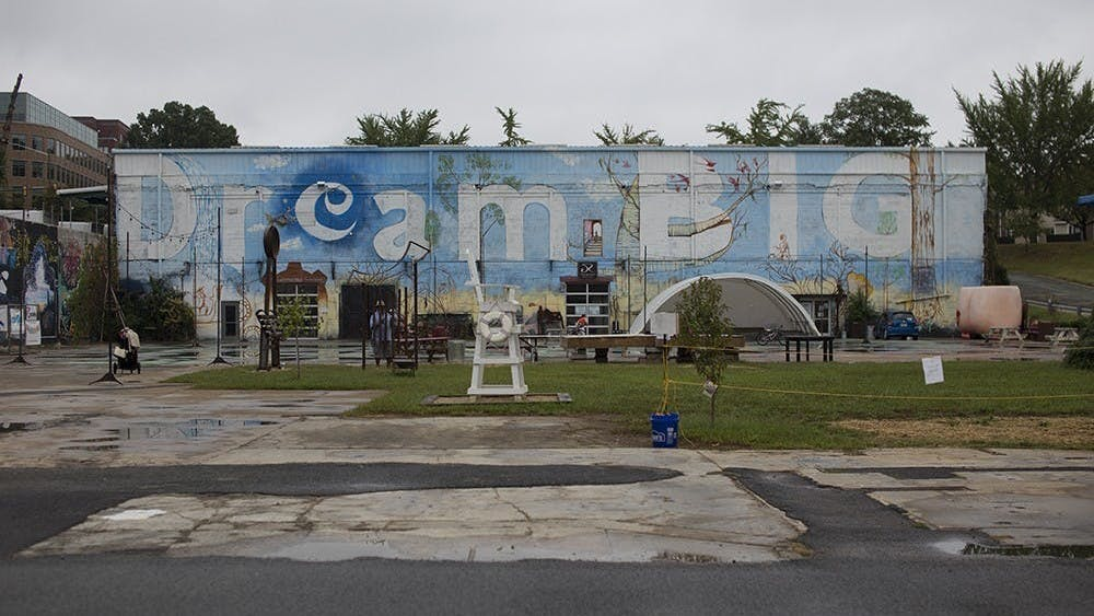 El parque de arte IX ofrece ciertos eventos para los residentes de Charlottesville, como campamentos de arte y de la naturaleza, conciertos gratuito, mercados locales en el invierno, clases semanales sobre bailando salsa, y discos en silencio.