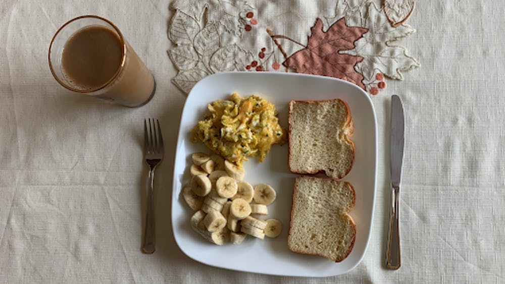 This breakfast has a balance between carbohydrates, protein and fruit.