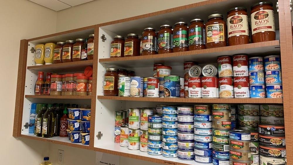La despensa de alimentos abrió en el 2018 y ha brindado acceso a alimentos básicos y artículos de higiene para estudiantes y personal.