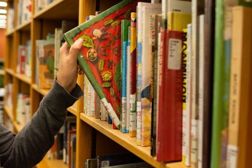 <p>孩子们可以从大量书籍中选择一本用他们母语写的书并在等待看病的空闲时间里同父母一起阅读</p>