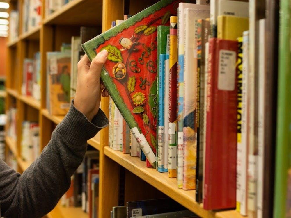 孩子们可以从大量书籍中选择一本用他们母语写的书并在等待看病的空闲时间里同父母一起阅读