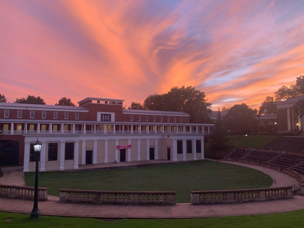 棉花糖般的天空和强烈的橘色照亮了弗大的地平线。现在你知道在哪里可以找到这些美妙的日落了。