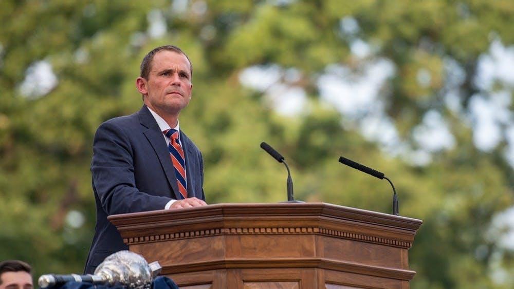 El presidente Ryan sugirió que la U.Va. quizás implementará pruebas para estudiantes y facultad en cuanto regresen a Grounds.