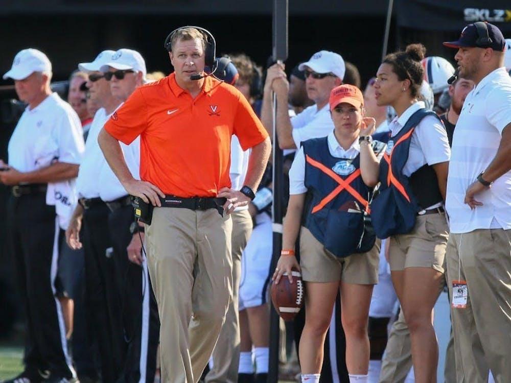 El entrenador Bronco Mendenhall se prepara para la próxima temporada de fútbol americano mientras la Universidad le da la bienvenida a los estudiantes atletas a Grounds.